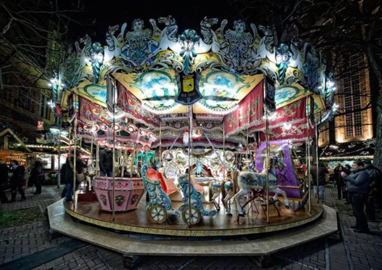 Weihnachtsmarkt Hannover: Historisches Pferdekarussell von 1870
