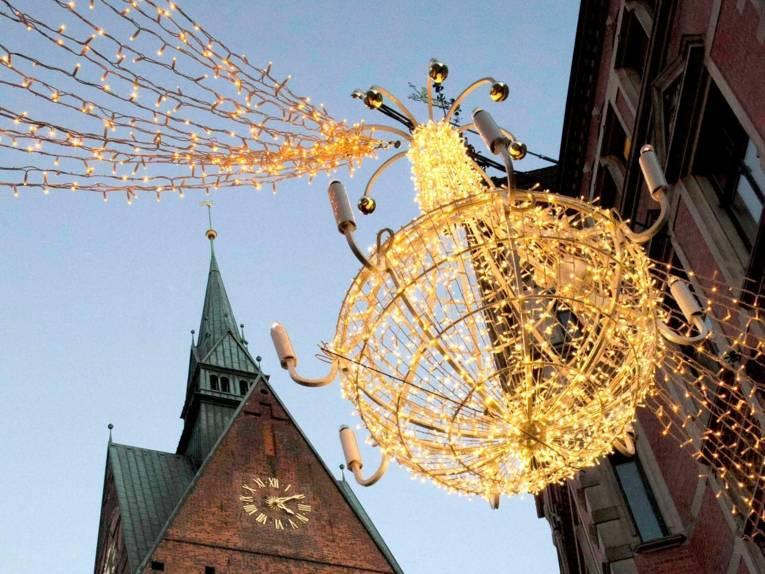 Beleuchtete Weihnachtsdekoration mit Marktkirchenspitze im Hintergrund
