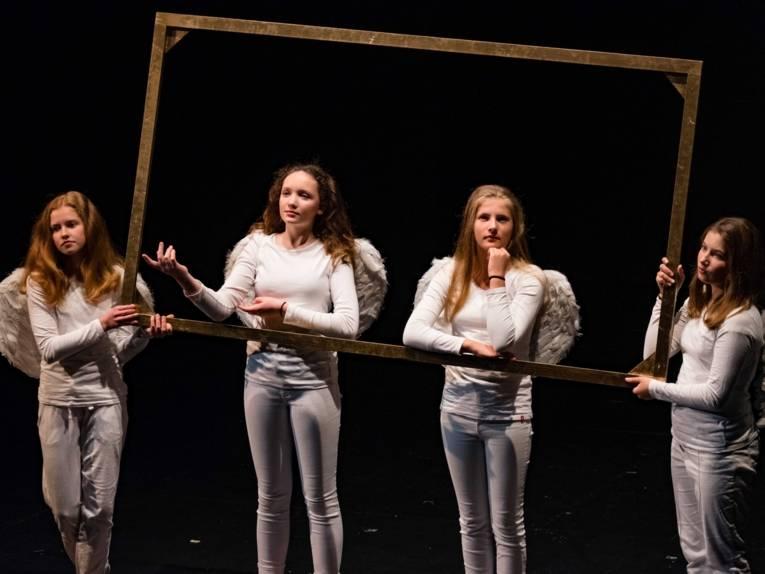 Vier Mädchen auf einer Bühne.