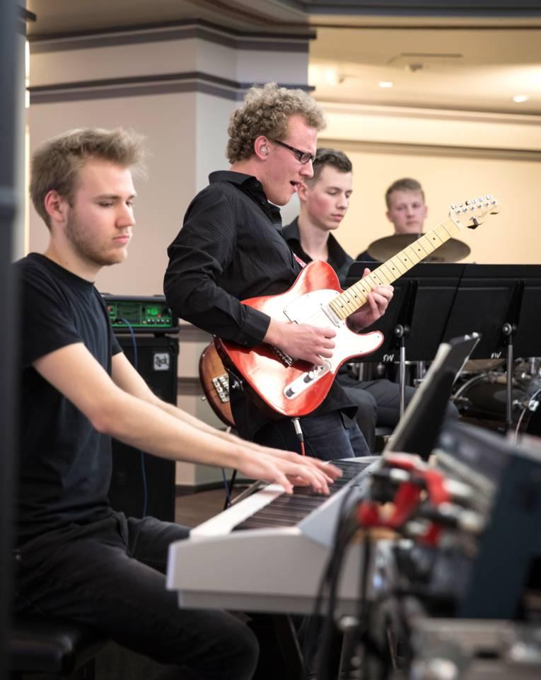 """Gitarrist, Keyboarder und zwei weitere Musiker der Bigband der Musikschule """"clean, fine & funky"""""""