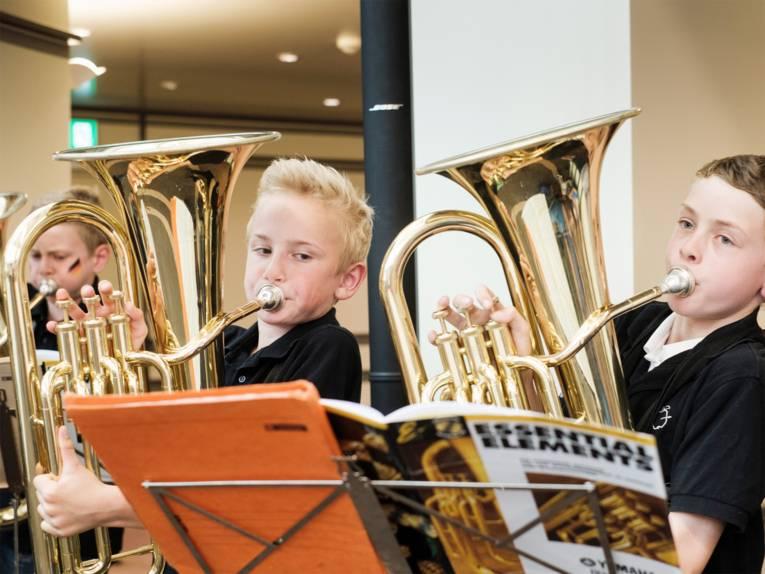Schüler der Bläserklasse Schillerschule spielen auf Euphonium