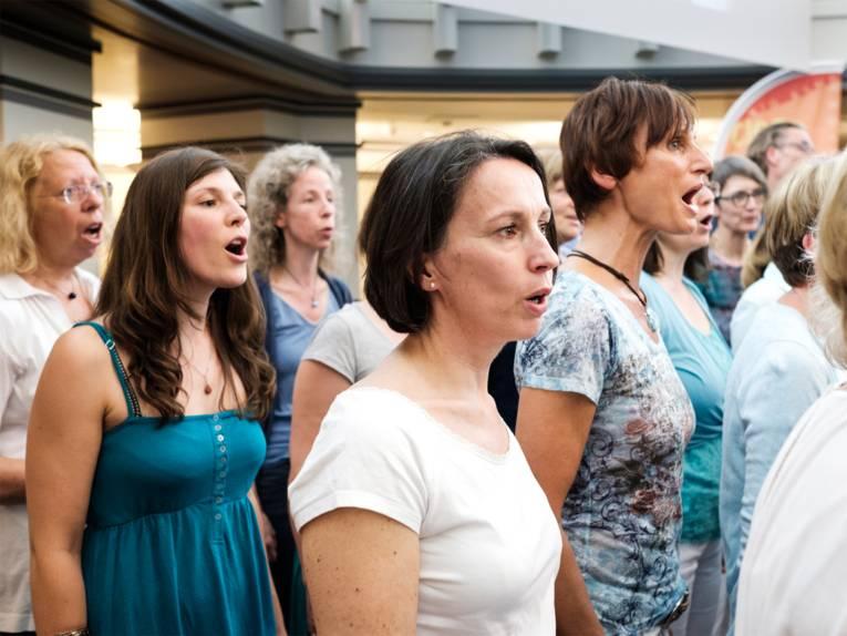 """Zwölf Sängerinnen vom Jazzchor """"Swing it"""" der Musikschule auf der Bühne"""