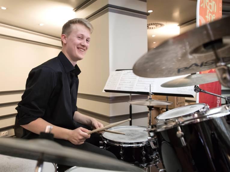 """Schlagzeuger der Bigband der Musikschule """"clean, fine & funky"""""""