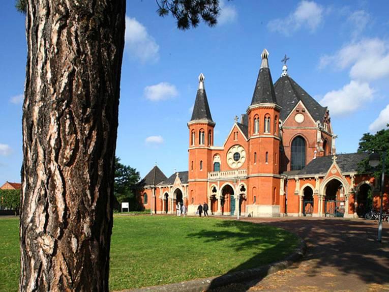Haupteingang und Kapelle des Friedhofs Stöcken aus rotem Backstein