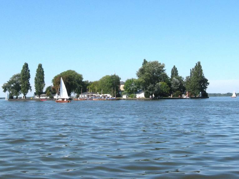 Insel Wilhelmstein im Steinhuder Meer an einem Sommertag mit blauem Himmel