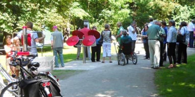Bei der Einweihung des Fitness-Parcours am Tiergarten probieren junge und ältere Menschen die installierten Geräte aus
