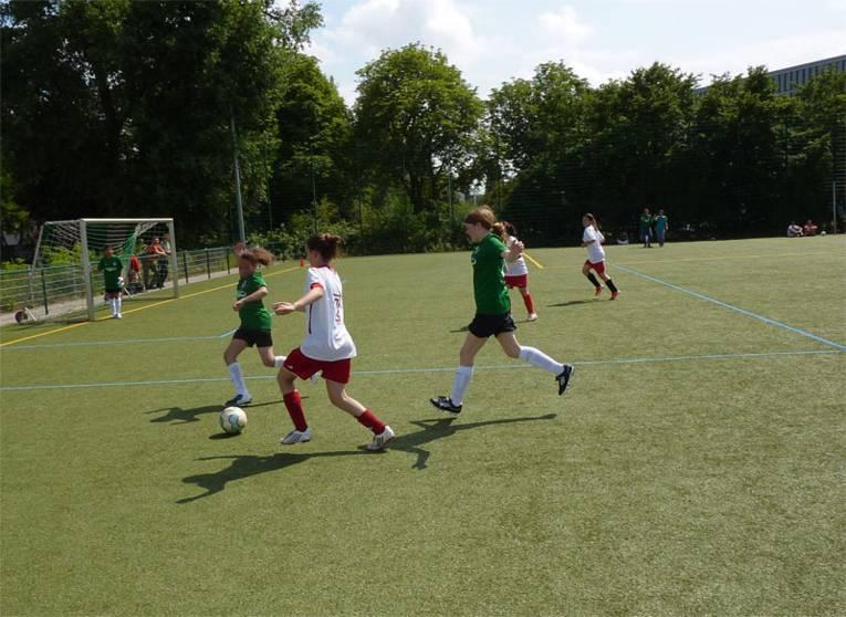 Fußball spielende Mädchen
