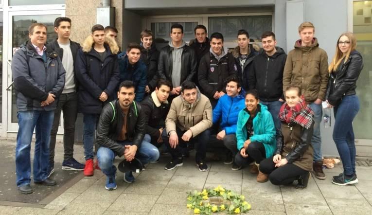 Schüler und Schülerinnen der BBS 11 nach der Reinigung der Stolpersteine für die Familie Maissner.