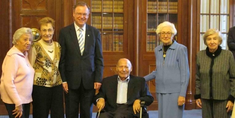 Oberbürgermeister Stephan Weil empfängt die geladenen Zeitzeuginnen und Zeitzeugen anlässlich der Ausstellungseröffnung am 15.12.2011