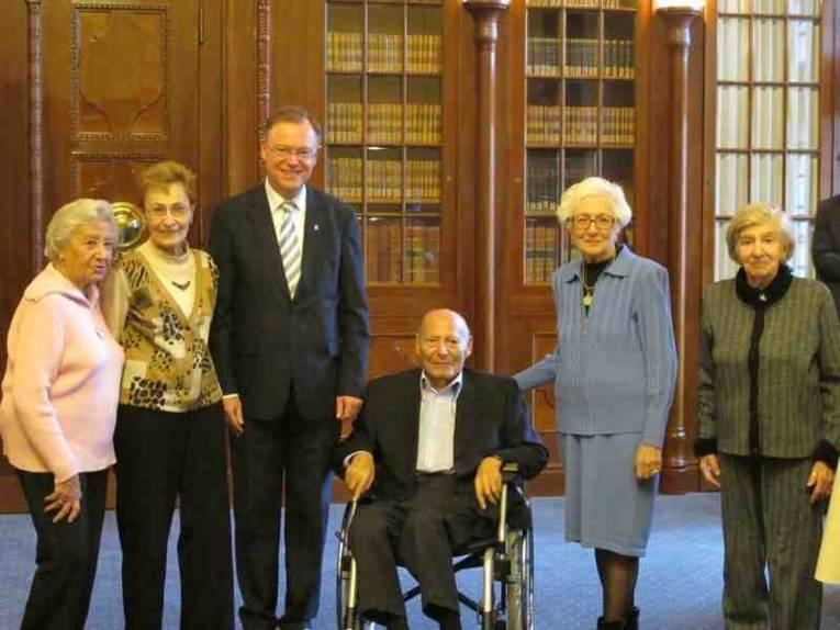 Oberbürgermeister Stephan Weil empfängt die geladenen Zeitzeuginnen und Zeitzeugen anlässlich der Ausstellungseröffnung am 15.12.2011.
