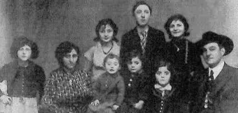 Die neunköpfige Familie Fischer beim Fotografen, um 1935.