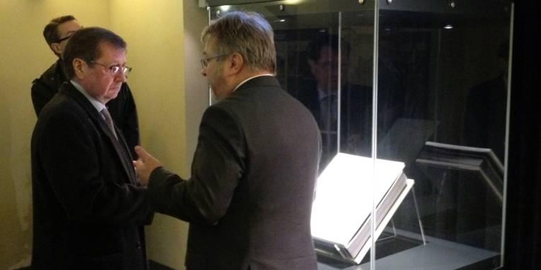 """Botschafter Grinin und Bürgermeister Hermann vor dem Gedenkbuch """"Eine Seite, Ein Name, Ein Schicksal"""""""