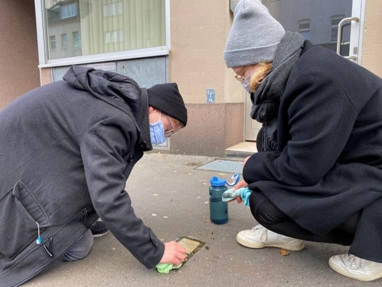 Putzen: Anna Alena Kaspar und Alexander Ludewig in Aktion