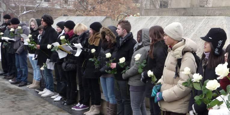 Gedenken einer Schulklasse am Holocaust-Mahnmal auf dem Opernplatz