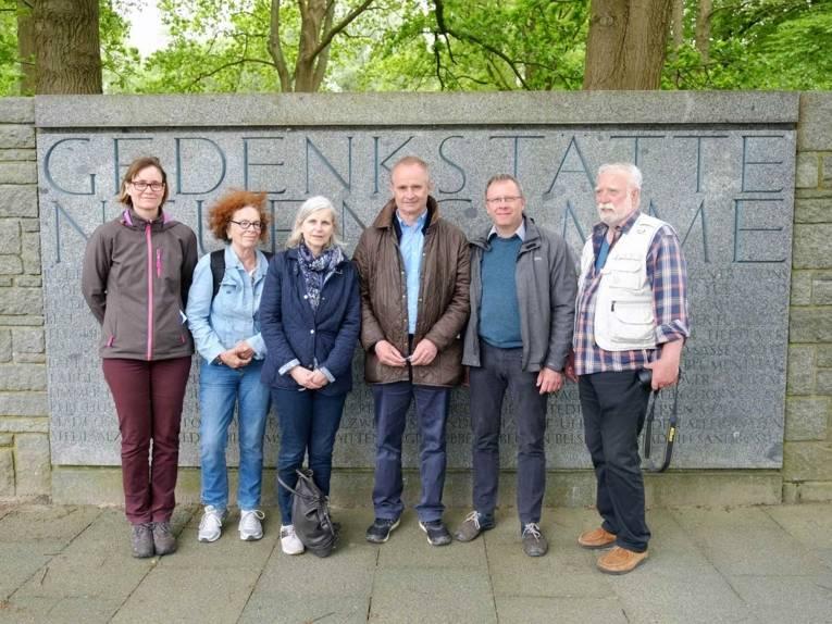 Mitglieder der Arbeitsgemeinschaft KZ Stöcken in der Gedenkstätte Neuengamme, Mai 2017.