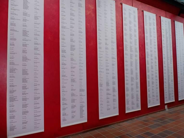 """Fahnen mit den Namen der Toten im """"Haus des Gedenkens"""""""