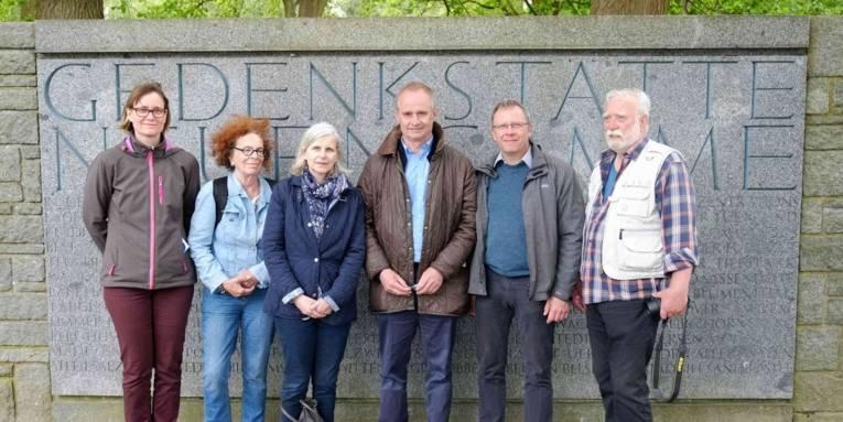 Mitglieder der Arbeitsgemeinschaft KZ Stöcken in der Gedenkstätte Neuengamme, 2017