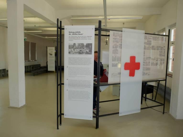 Tafeln zur Aktion Weiße Busse des Roten Kreuz in der Ausstellung in Neuengamme