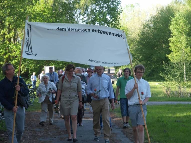Gedenkmarsch zur Erinnerung an die ehemaligen Häftlinge des KZ Stöcken am 8. Mai 2016
