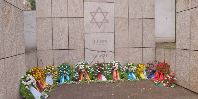 Niedergelegte Kränze am Gedenkort Neue Synagoge Hannover