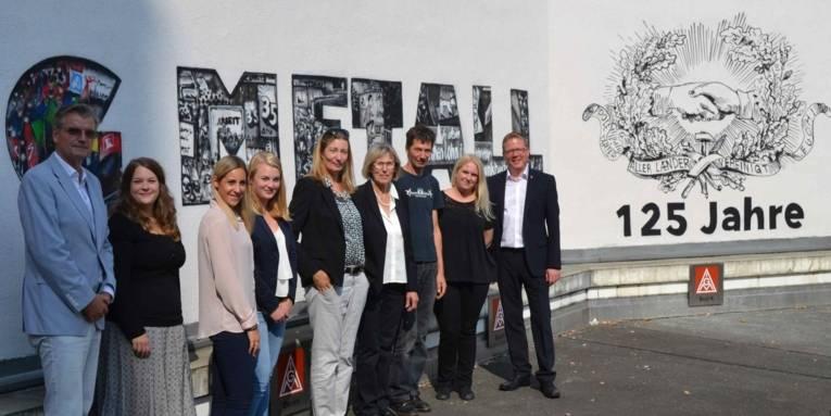 Angehörige von Robert Salau besuchen Hannover. Gruppenbild mit der IG Metall Jugend und der Städtischen Erinnerungskultur.