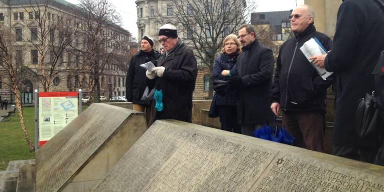 Teilnehmer des Stadtspaziergangs auf dem Holocaust-Mahnmal am Opernplatz
