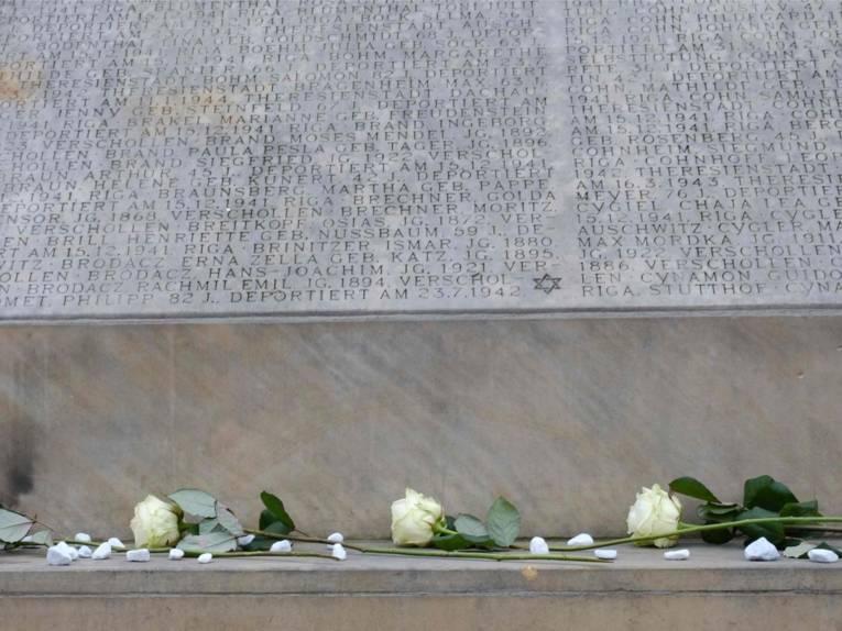 Am Holocaust-Mahnmal am Opernplatz gedenken die Bürger*nnen der Stadt hannover immer am 15. Dezember an die Deportationen jüdischer Hannoveraner*innen und den jüdischen Opfern der nationalsozialistischen Verfolgung.