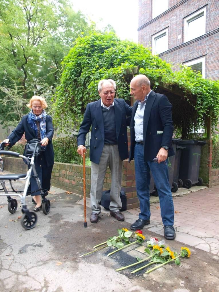 Stolpersteinverlegung für Otto Schartenberg mit den Enkelsöhnen Günther Schartenberg aus Hannover in Hannover und Peter Sheridan aus Australien