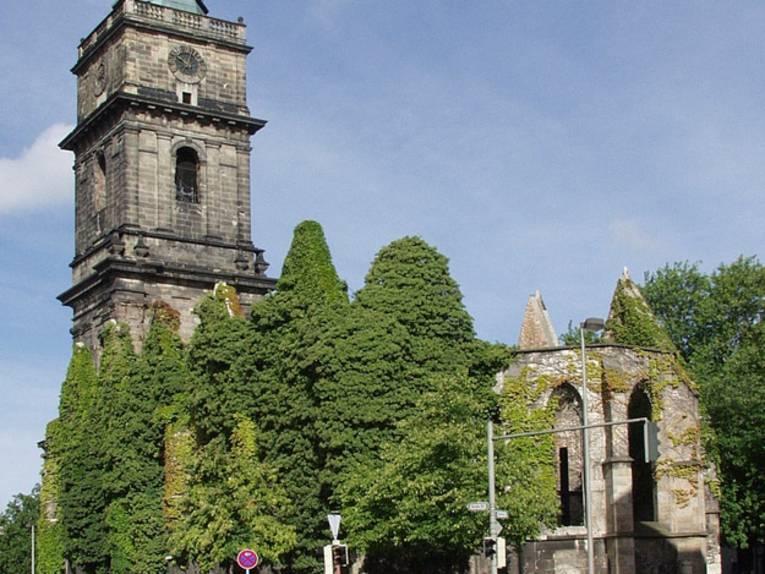 Teilweise überwachsene Ruine der Aegidienkirche