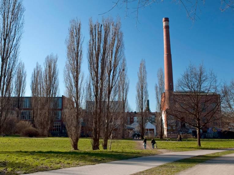 Das Kulturzentrum Faust ist ein Gebäudekomplex aus Backsteinen mit einem markanten Schornstein