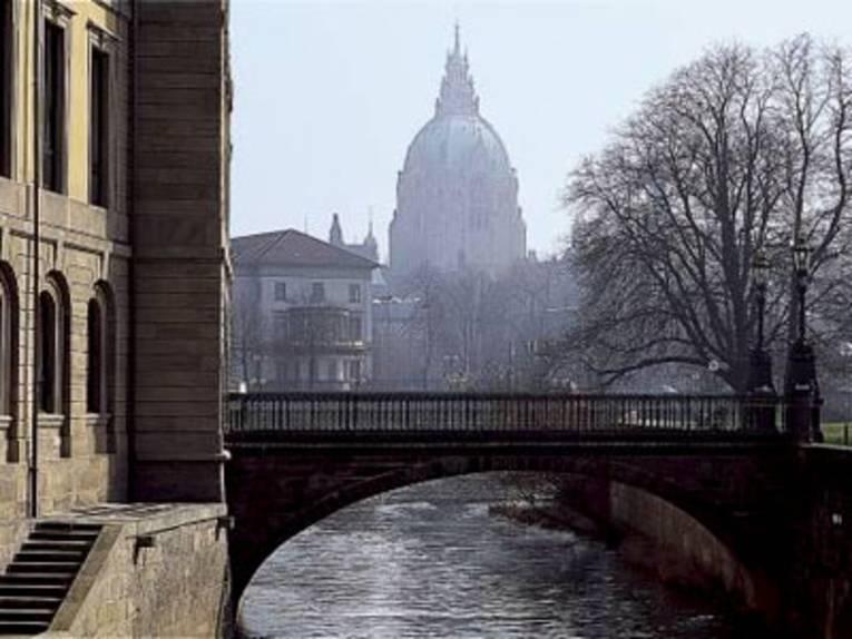Leine Brücke mit Rathaus im Hintergrund