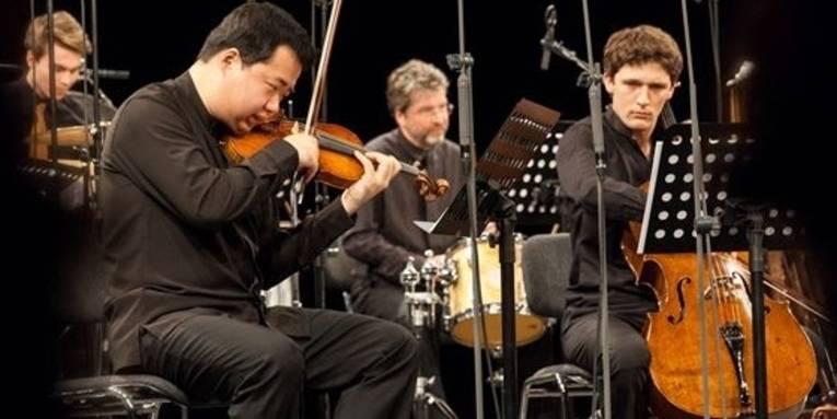 Blick auf die Bühne mit mehreren Instrumentalisten