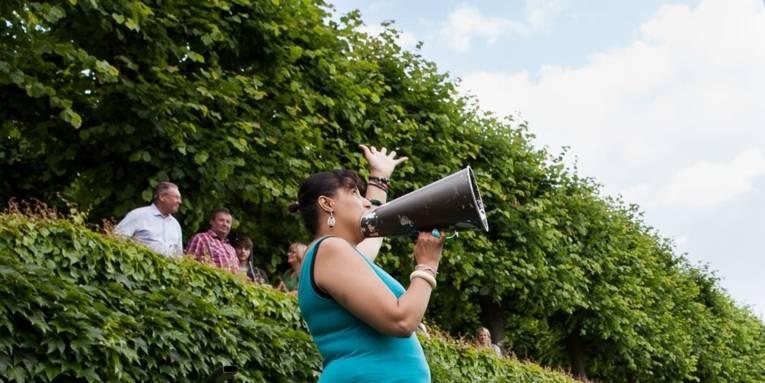 Speakers' Corner bei den KunstFestSpielen: Zu sehen eine Frau mit Flüstertüte