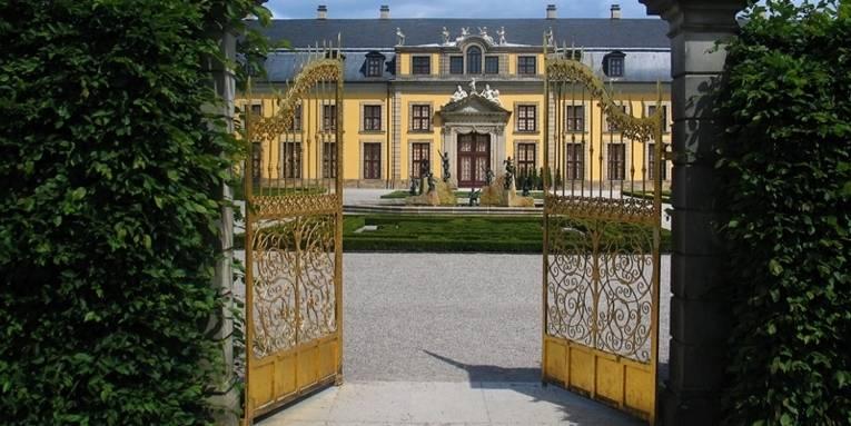 Halb geöffnetes Goldenes Tor hinter dem die Galerie zu sehen ist
