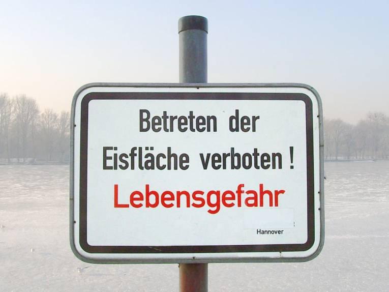 """Warnschild am Maschsee: """"Betreten der Eisfläche verboten! Lebensgefahr"""""""