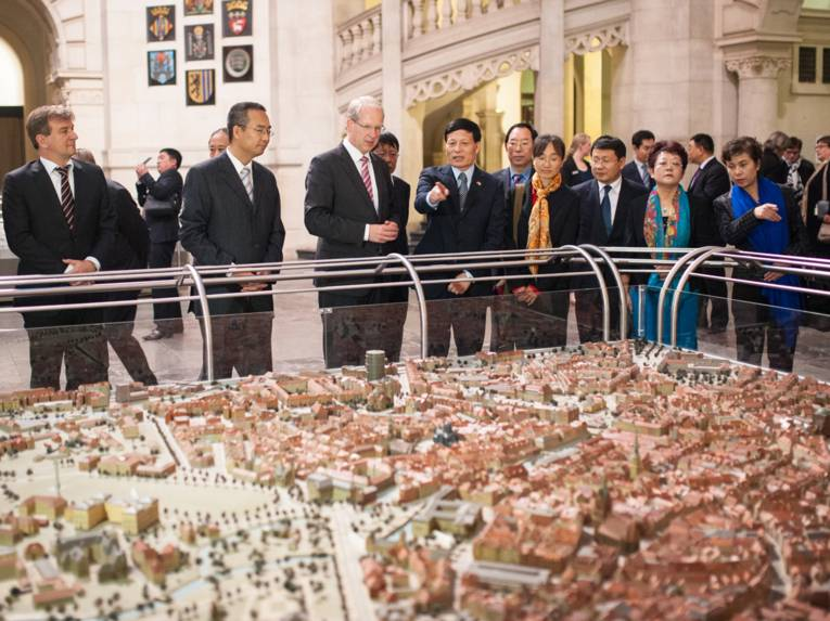 Together with the guests from Zhengzhou (Henan Province), Lord Mayor Schostok viewed the model of Hannover in the New Town Hall's dome hall