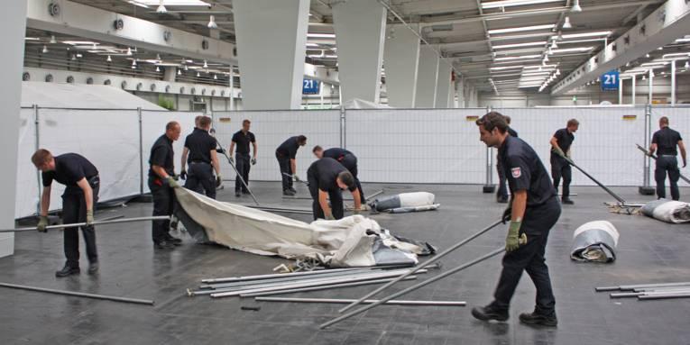 Feuerwehrleute bauen Zelte auf