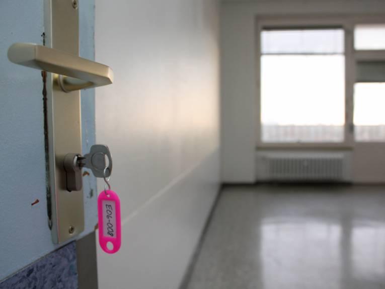 Eine geöffnete Tür, im Hintergrund ein Zimmer