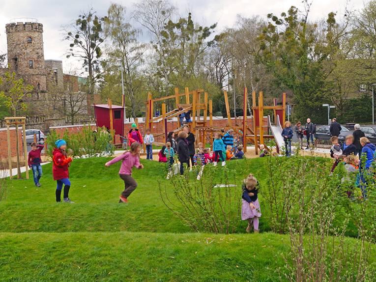 Spielende Kinder auf dem Außengelände der Kita Herrenhausen
