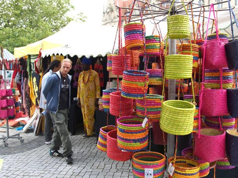 Bunter Kreativmarkt mit handwerklichen Produkten auf dem Fest der Kulturen rund um den Trammplatz
