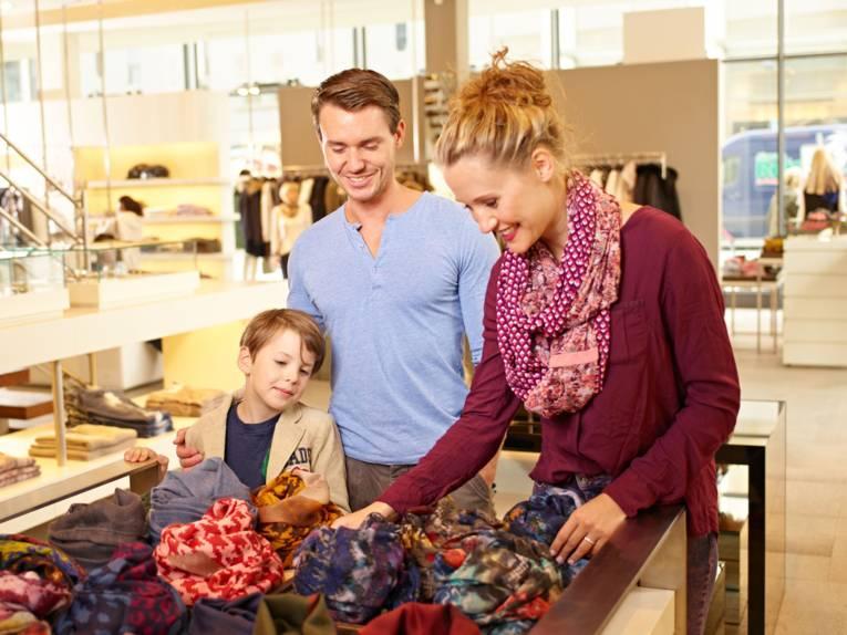 Eine Familie beim Einkaufsbummel