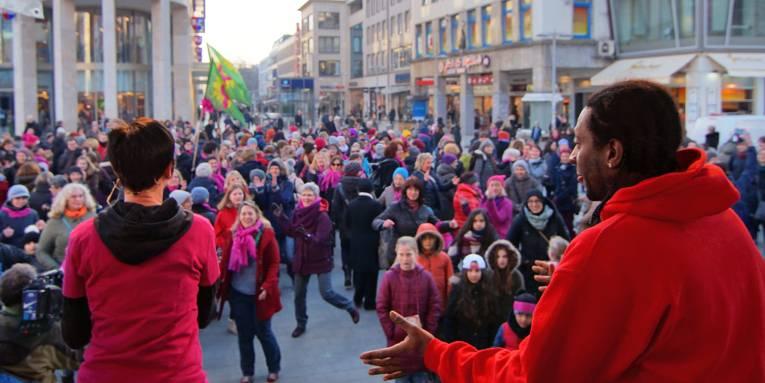 """Tanzen unter Anleitung bei """"One Billion Rising"""" 2017 auf dem Kröpcke"""