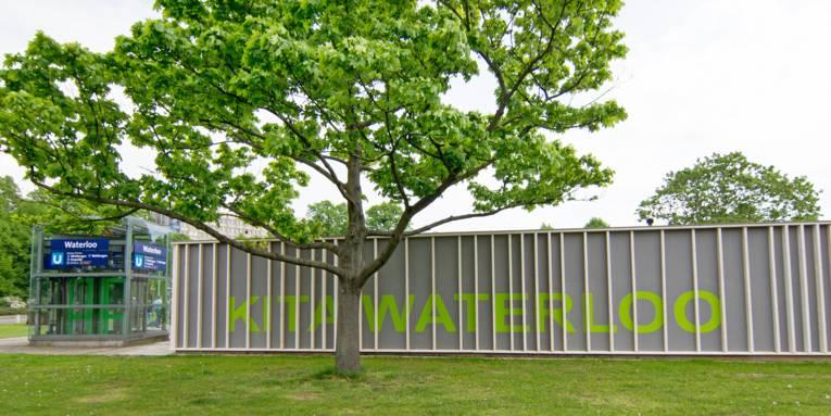 """""""Kita Waterloo""""-Schriftzug an der Außenfassade der Kita"""