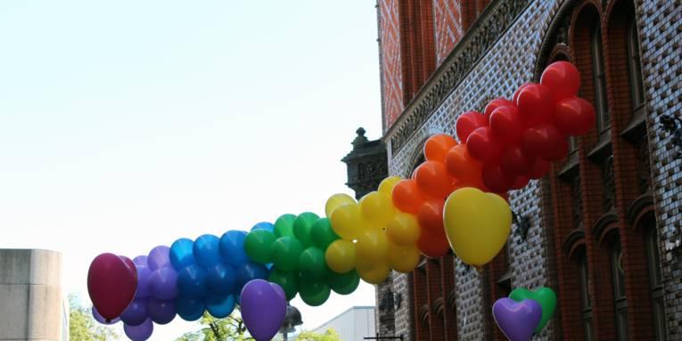 Viele Luftballons in Regenbogenfarben.