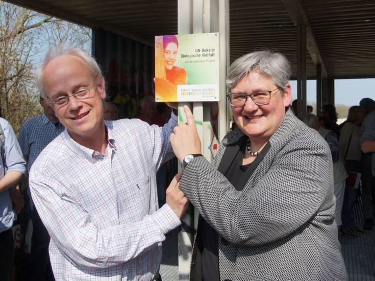 Ein Mann und eine Frau mit einem Schild.