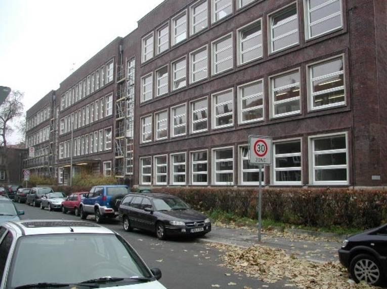 Schulgebäude von außen.