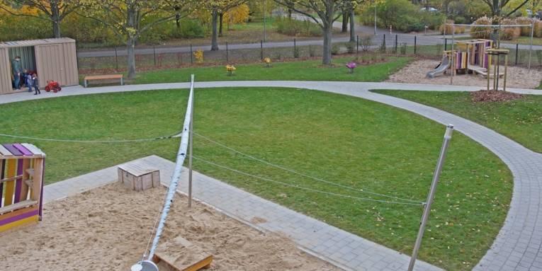 Rasenfläche mit Spielgeräten.