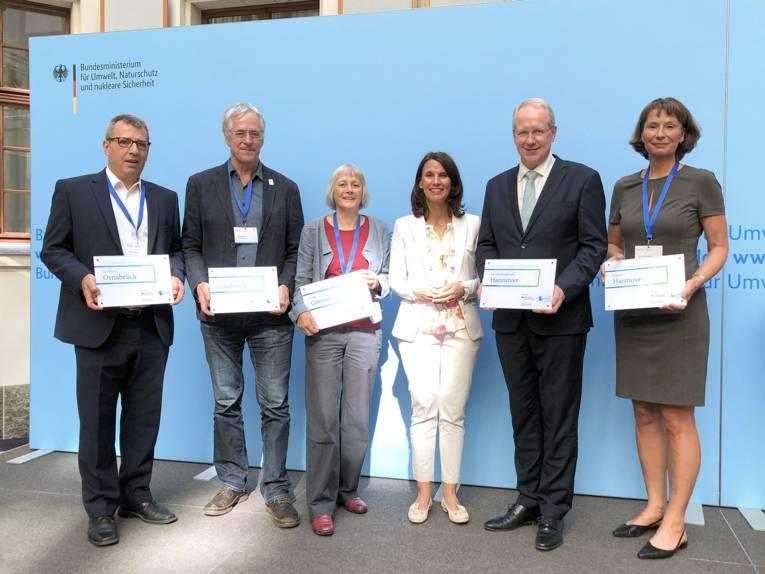 Sechs Personen vor einer blauen Wand