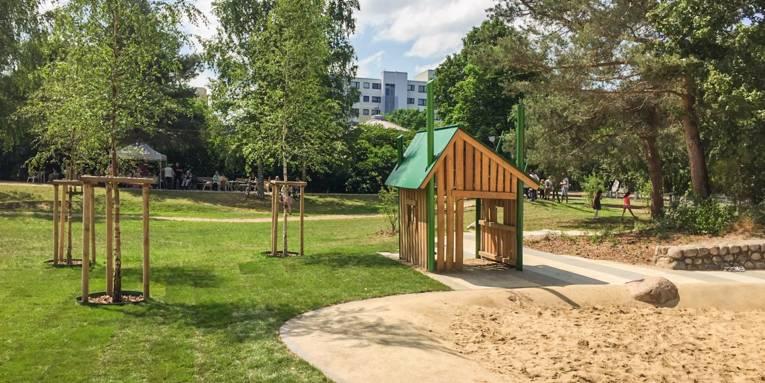 Der neue Sandkasten samt Spielhaus im Stadtteilpark Schwarzwaldstraße