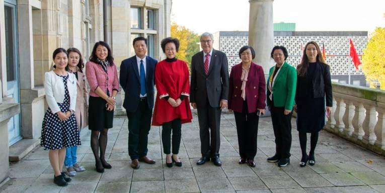 Gruppenfoto mit Bürgermeister Scholz und einer Delegation aus Shenzhen um Vize-Bürgermeisterin Wu auf einem Balkon des Neuen Rathauses